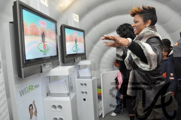 Kandi Burruss Does Wii